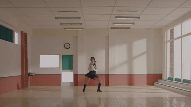 "Watch and share [MV] 이달의 소녀/츄 (LOONA/Chuu) ""Heart Attack"" GIFs on Gfycat"