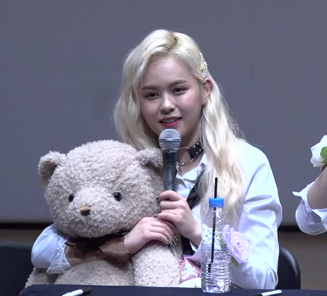 Watch and share [1] Eu 190427 에버글로우(Everglow) 'Closing Comment' 4K 직캠(fancam) @fansign 아트홀봄 GIFs by Mecha熊 ✔️  on Gfycat