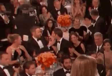 Trong lúc Ryan Gosling thắng Quả Cầu Vàng, đột nhiên có 2 nam diễn viên quay sang hôn nhau