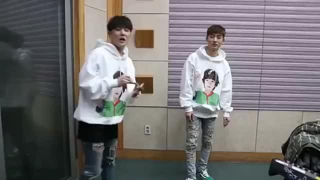 "Watch iKON B.I dance to Twice ""Heart Shaker"" on Hongki Kiss Radio GIF on Gfycat. Discover more bigbang, blackpink, ikon, winner, yg entertainment GIFs on Gfycat"