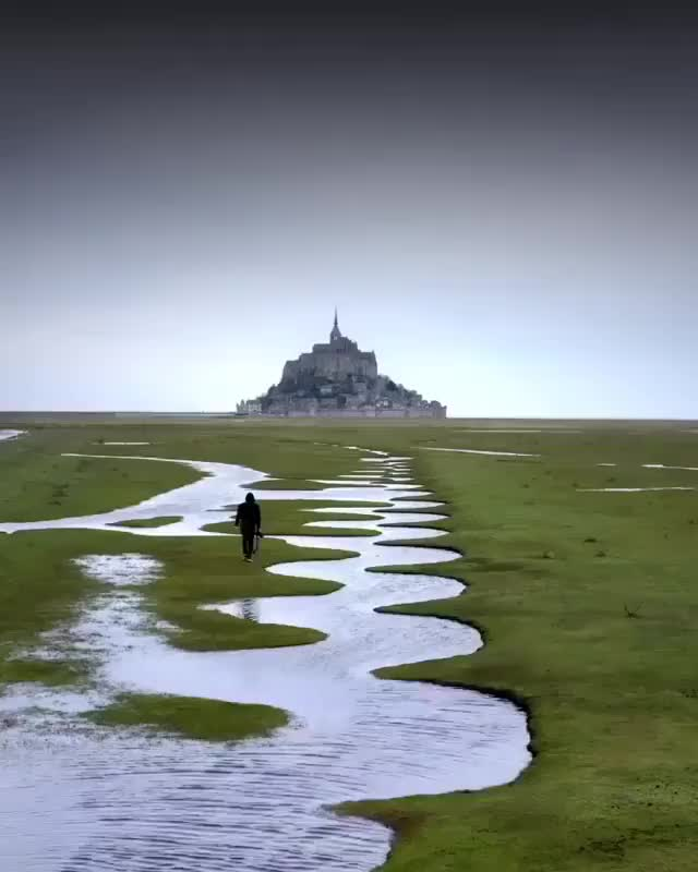 Watch and share Mont-Saint-Michel Fue Construido En Un Islote Rocoso, Rodeado Por Una Magnífi... GIFs on Gfycat