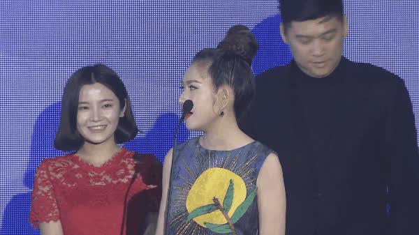 Bà xã Lý Hải bối rối nói tiếng Anh kém lưu loát khi lên nhận giải WebTVAsia Awards