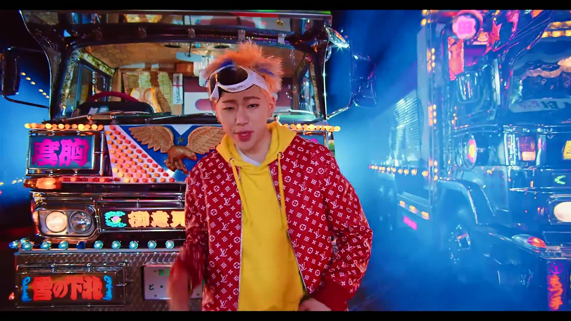 Tung MV mới, không ai vượt mặt được 'Quái vật nhạc số' Zico khi cho cả khỉ mặc áo Supreme