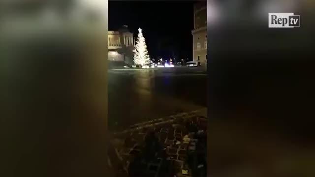 Watch Roma, girotondo a Piazza Venezia: l'inseguimento della polizia diventa virale GIF on Gfycat. Discover more Spelacchio, cronaca, edizione, inseguimento, piazza Venezia, roma GIFs on Gfycat