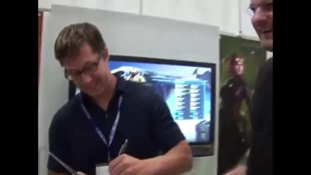 Gronkh lässt 2007 auf der Gamescom sein Hello Kitty Freundesbuch unterschreiben