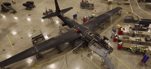 Así se inspecciona un sofisticado avión espía U-2: desmontándolo pieza por pieza GIFs