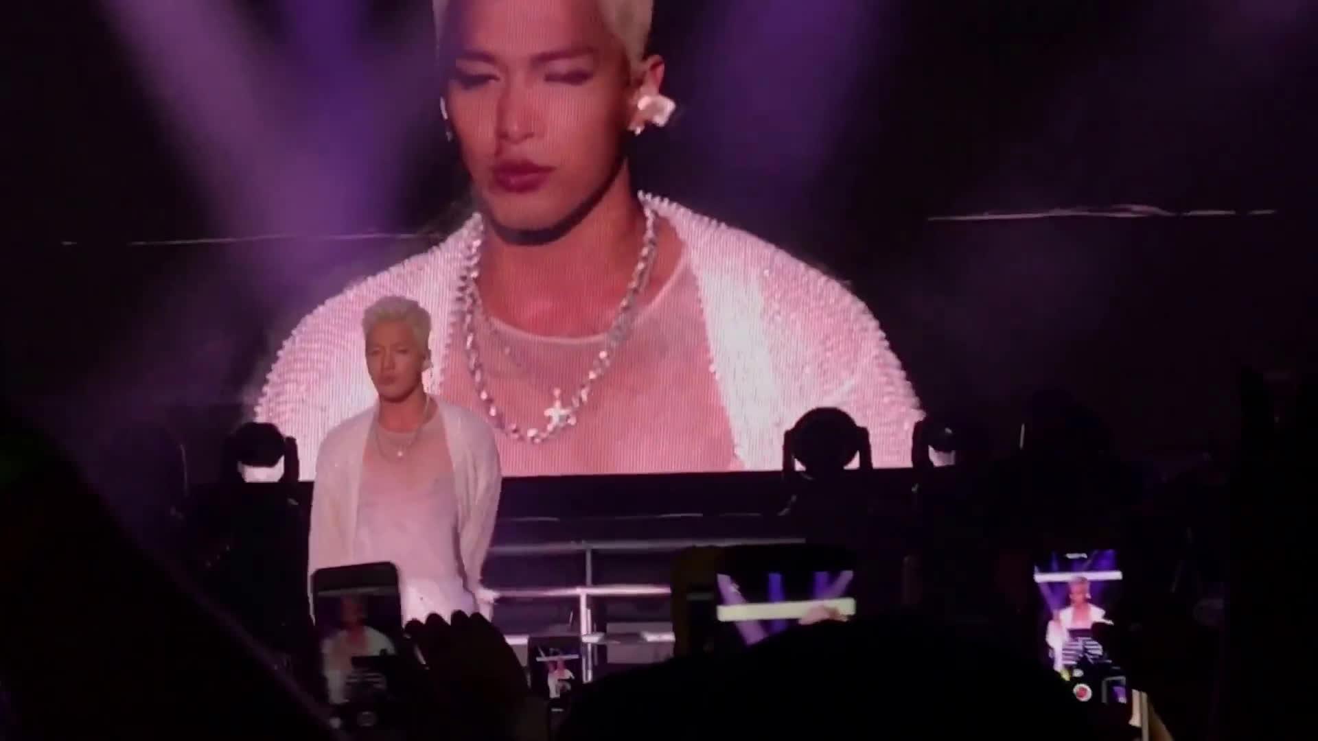Diễn quá sung, Taeyang bị micro dập chảy máu mũi ngay trên sân khấu