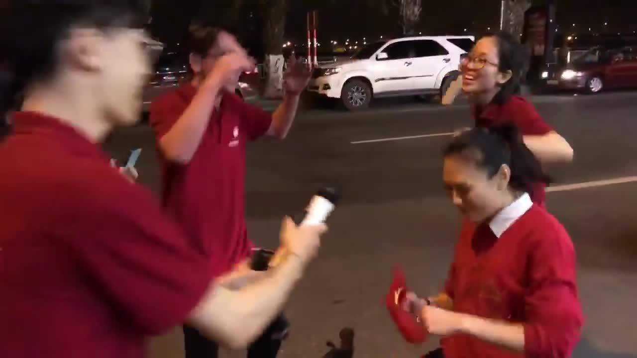Đây là phản ứng của Mỹ Tâm khi gặp fan cuồng giữa lúc đi bão bằng siêu xe