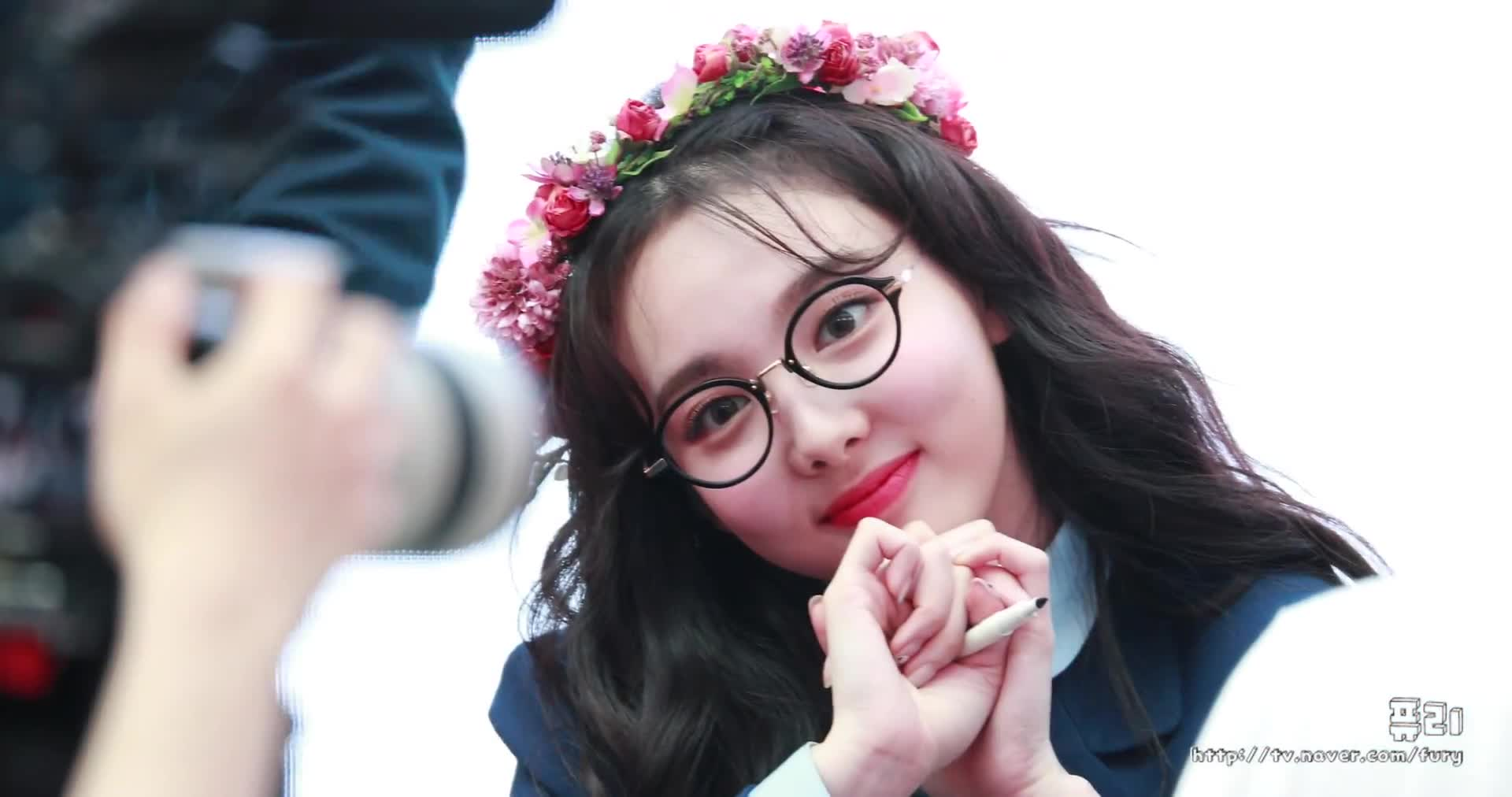 WIL fansign, Cutie Nerdy Nayeon GIFs