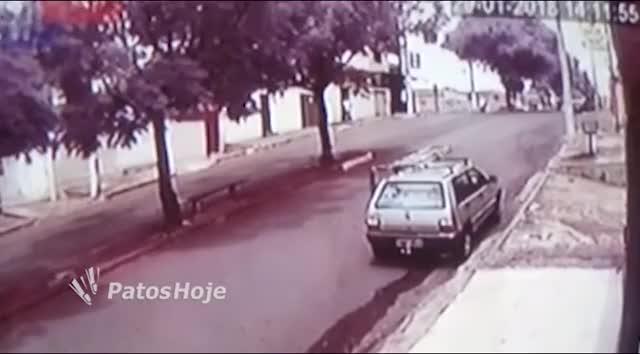 Watch Senhora tem crise de espirro e por pouco não atropela motorista em Patos de Minas GIF by joparebr on Gfycat. Discover more related GIFs on Gfycat