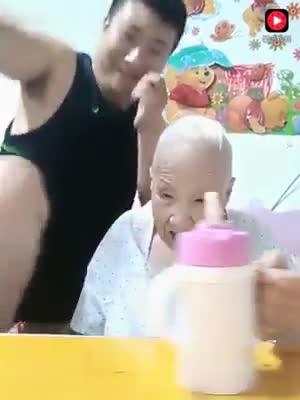 Xem clip cháu trai bày trò lầy lội để bà vui, tự dưng mắt ai cũng ướt