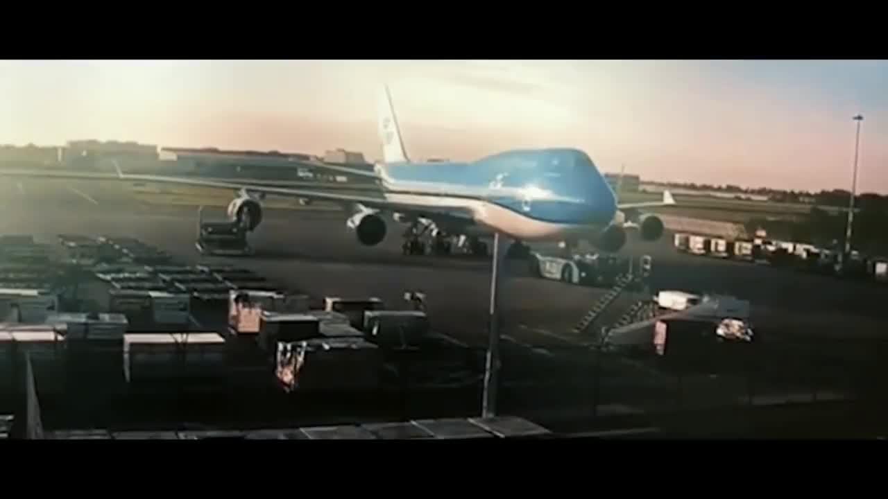 Plane damaged Amsterdam airport. GIFs