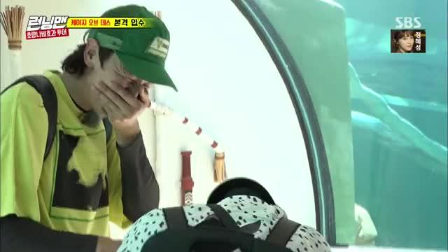 Watch and share 전소민, 악어와 교감 중 마주해버린 악어 XX에 '충격' 《Running Man》런닝맨 EP510 GIFs by Koreaboo on Gfycat