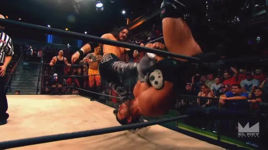 LuchaUnderground, SquaredCircle, luchaunderground, Lucha Underground - Johnny Mundo kicks Texano off the turnbuckle! GIFs