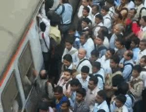 Watch and share 火车站拥挤gif_…在印度的火车站 GIFs on Gfycat