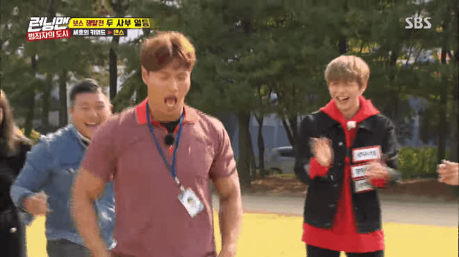 Center quốc dân Kang Daniel cười ngất với vũ đạo sexy bá đạo của các thánh Running Man