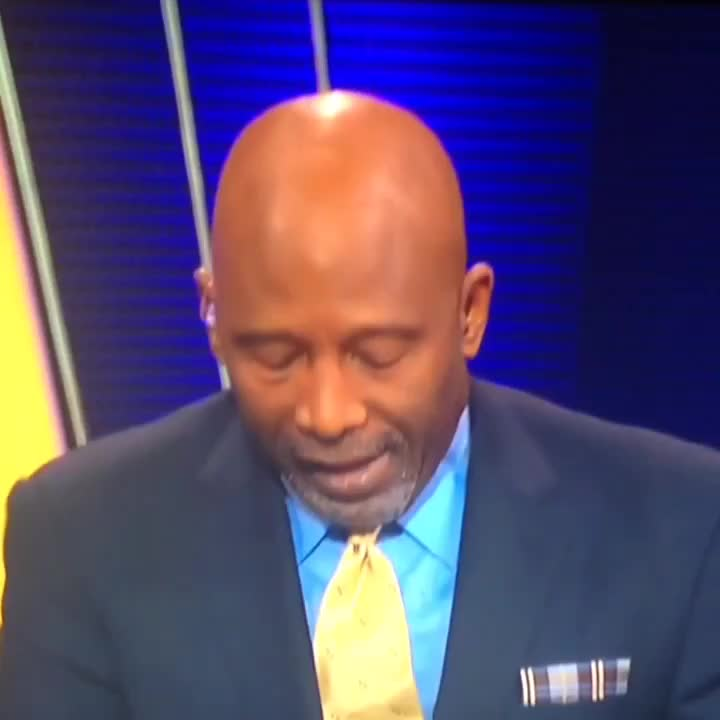 James Worthy approves of Lakers win. Turn up the audio. #lakers GIFs