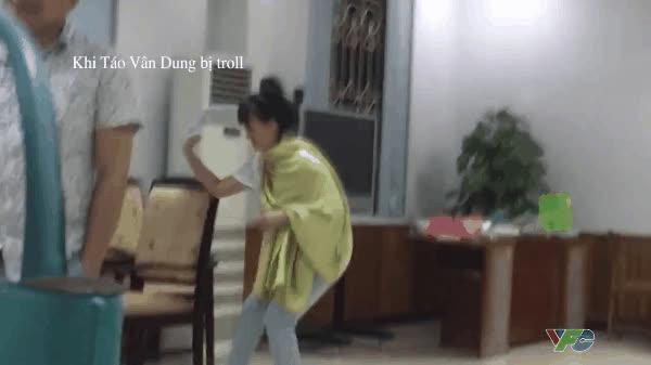 Dàn Táo quân 2017 bất ngờ hóa bá tước, Vân Dung ngơ ngác khi bị đồng nghiệp troll