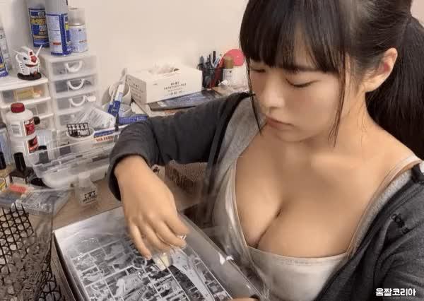 Watch and share 프라모델을 좋아하는 여자 GIFs on Gfycat