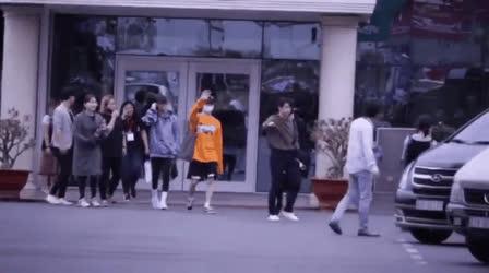 GOT7 đồng loạt bịt mặt, thân thiện vẫy tay chào fan tại sân bay
