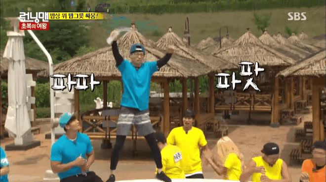Nhảy theo BTS đến mất chân mày, Yoo Jae Suk quả không hổ danh thực tập sinh nhiều năm của Big 3 ảnh 1