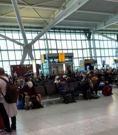 Watch and share Aeropuerto De Londres-Heathrow El 19 De Marzo De 2020, Durante La Pandemia De Coronavirus | Ramón Alarcón Sánchez GIFs by periodismoactual.com on Gfycat