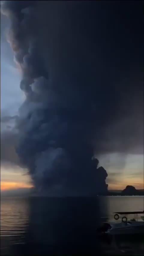 Watch and share Volcano GIFs by t-h-a-t-o-n-e-8-6 on Gfycat