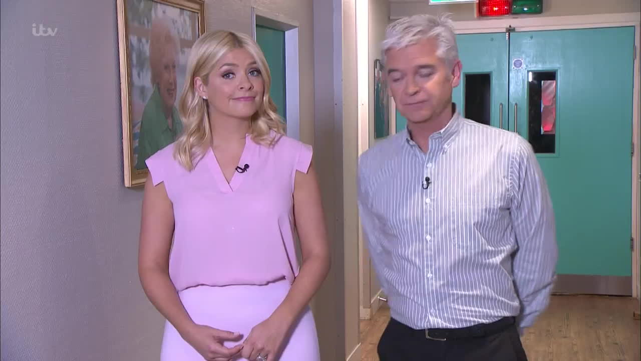 TheHollyWilloughby, UKBabes, Twitter web player GIFs