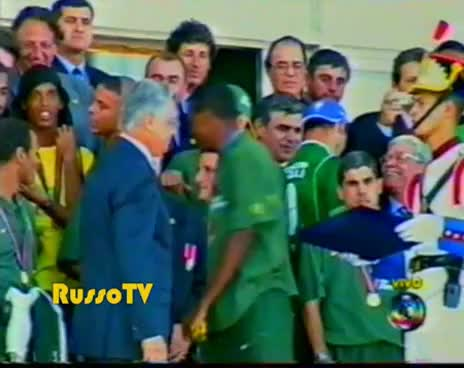 Watch and share Vampeta Rola Na Rampa Do Planalto - Copa Do Mundo 2002 GIFs on Gfycat