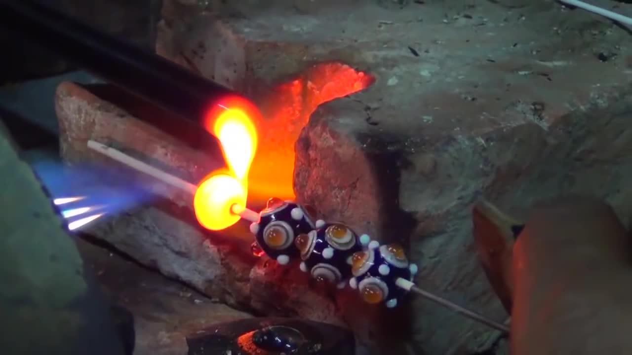 Dsource Ekalpa India, d2AWzoJJCEs, gifsthatkeepongiving, glass beads, glass blowing, oddlysatisfying, varanasi, Making Glass Beads GIFs