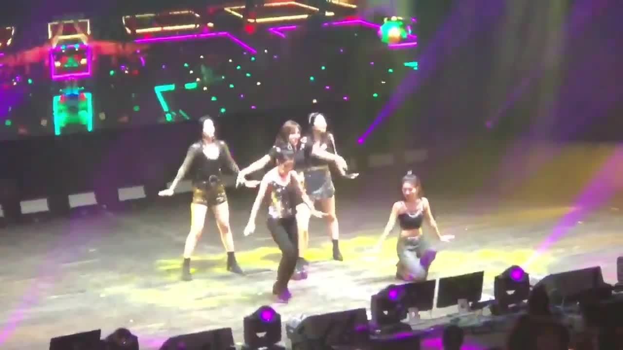 Concert ngày cuối của Red Velvet tại Mỹ: Seulgi rơi tóc giả trên sân khấu của Rookie ảnh 3