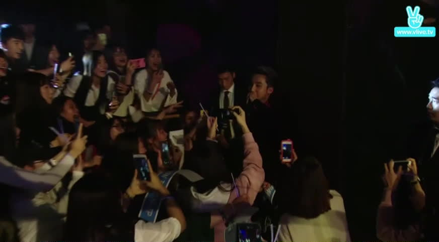 Sơn Tùng M-TP xuất hiện cực ngầu tại Seoul Fan meeting