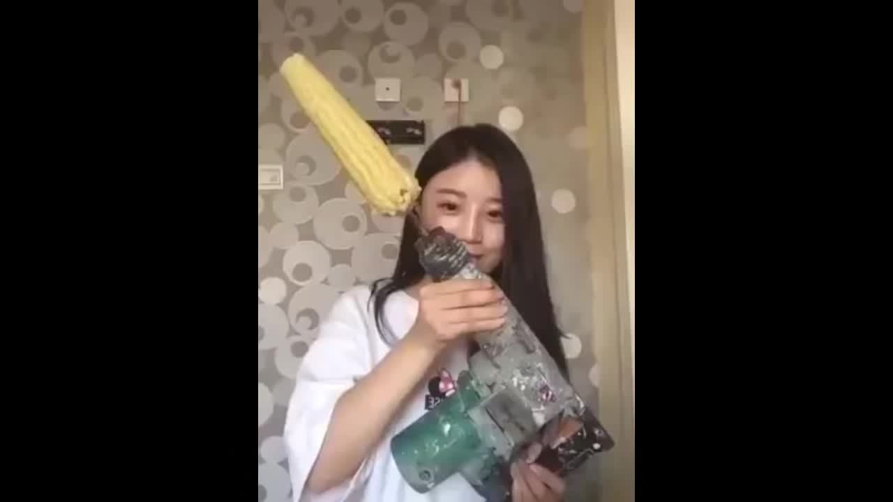 corn on drill fail, girl rips hair with corn on drill, holdmycosmo, This Is Why You Should Not Eat Corn On A Drill! FAIL GIFs