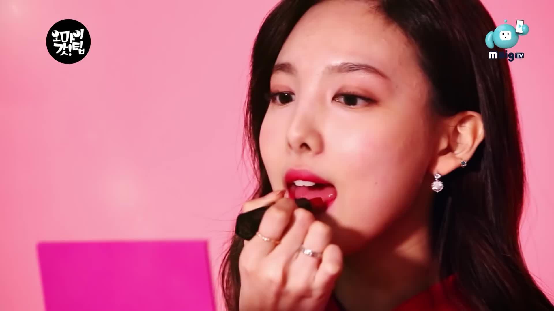 Big재미, MBigTV, Mobile, Nayeon, 모바일예능, 비투비, 앰빅TV, 앰빅티비, 엠빅TV, 엠빅티비, 트와이스, Cutie Nayeon getting ready GIFs