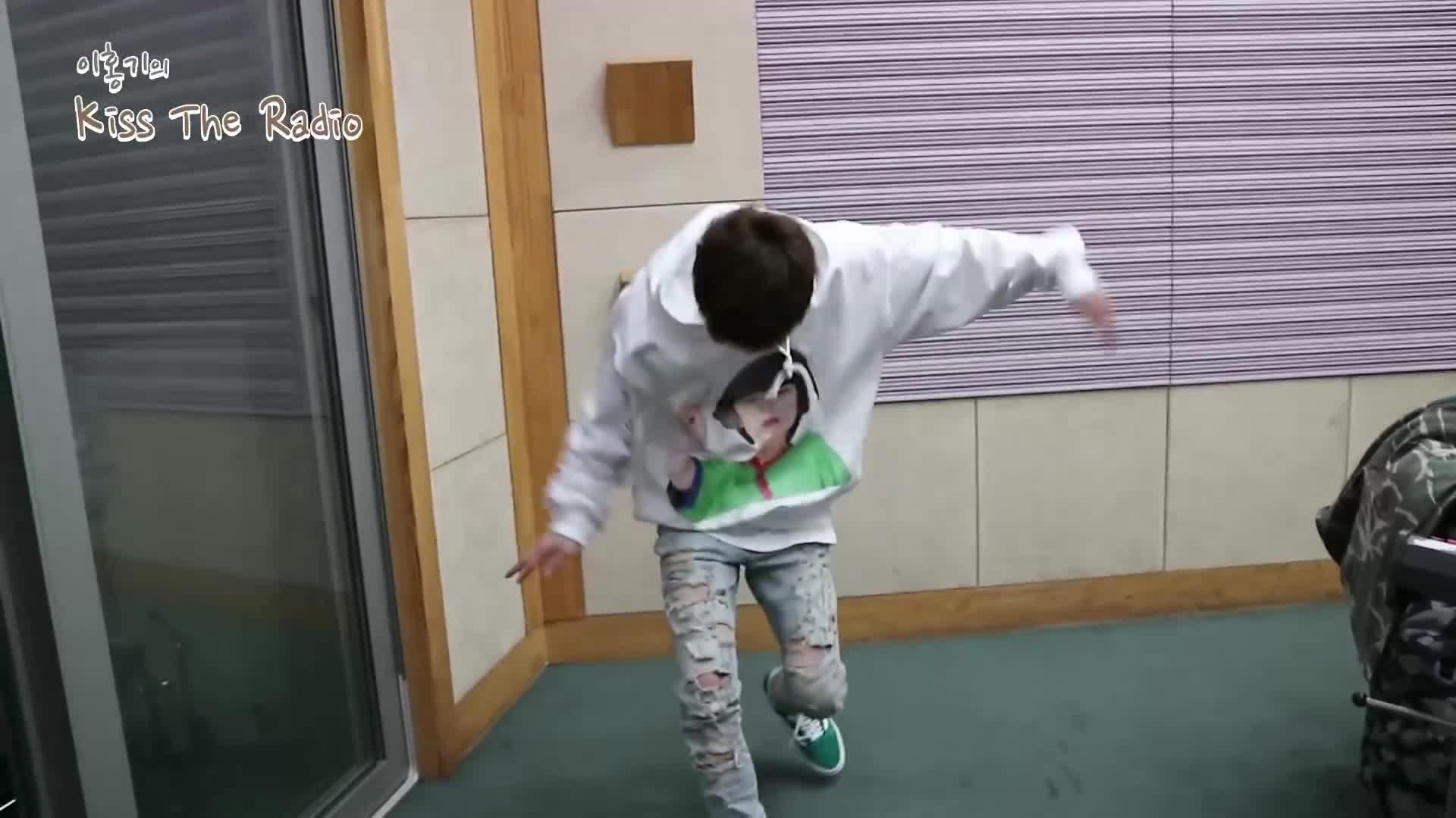 Clip: Tim đập loạn xạ vì độ đáng yêu của thủ lĩnh iKON khi nhảy hit TWICE
