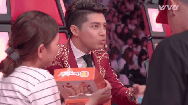 Tận mắt chứng kiến bộ tứ HLV tham ăn như thế nào trên ghế nóng The Voice