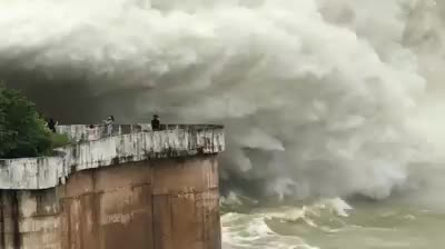 Hàng chục người thản nhiên chụp ảnh, quay phim cảnh xả lũ kinh hoàng tại Thủy điện Hòa Bình