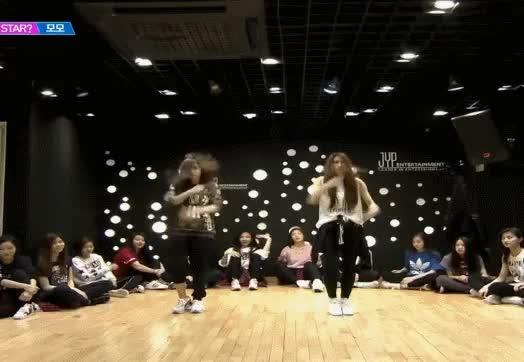 Watch and share 코게빵🍞 - 쿨차서 올리는짤. 모모랑 하나상이랑 이런춤 같이 한번추는거 보고싶다 치여서 죽을꺼야아마.. GIFs by Koreaboo on Gfycat