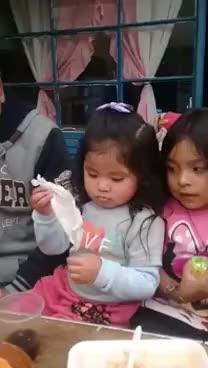 Niña hace magia