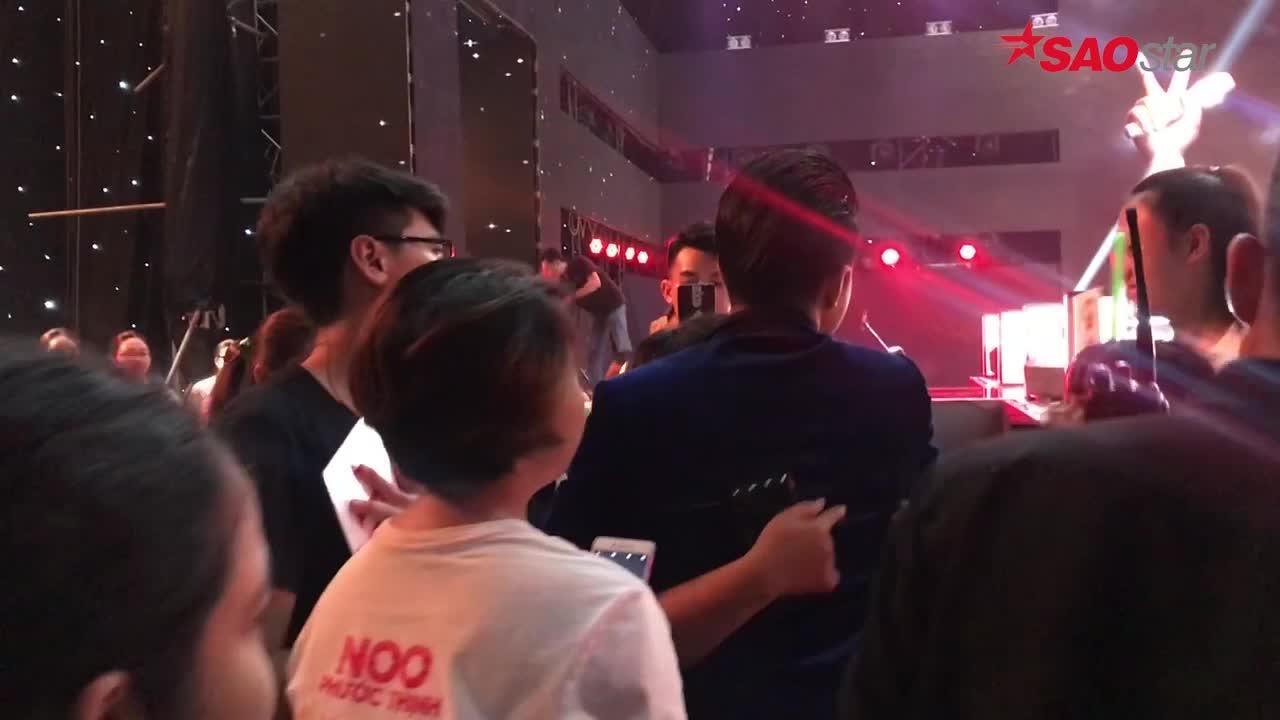 Clip cưng fan như Noo Phước Thịnh: Selfie, ôm từng người và nói chuyện luyến lưu không rời