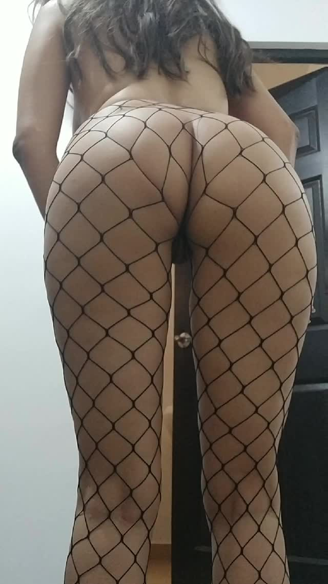 A bit ass spreading in fishnets 🖤