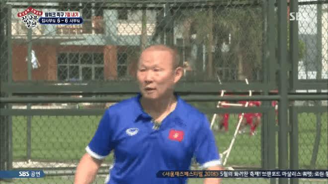 Tin được không: Lee Seung Gi ra tay thị phạm cho HLV Park Hang Seo cách đánh bóng