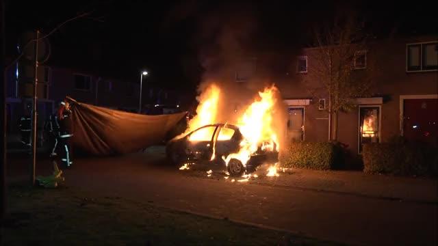 Watch Hoogeveen: Autobrand geblust met fire blanket GIF by PM_ME_STEAM_K3YS (@pmmesteamk3ys) on Gfycat. Discover more related GIFs on Gfycat