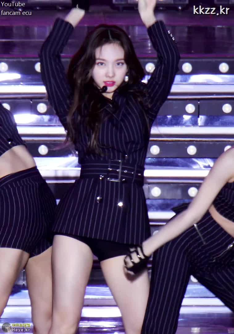 nayeon, twice, 나연, 트와이스, 트와이스 나연 찰진 허벅지 (TWICE NAYEON) GIFs