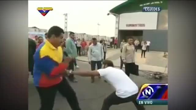 Watch Nicolás Maduro practica boxeo en plena calle con un joven de Cojedes GIF on Gfycat. Discover more 4144827889001, Maduro, boxeo, internacionales, noticias, youtubelpg GIFs on Gfycat