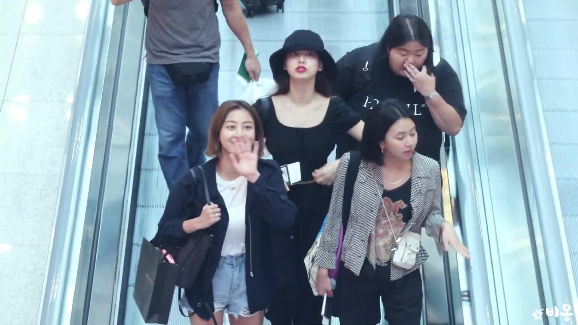 celebs, chaeyoung, jihyo, kpop, twice, Cutie Nayeon waving GIFs