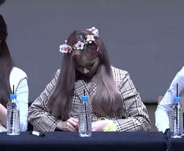 Watch and share [4] Mia 190427 에버글로우(Everglow) 'Closing Comment' 4K 직캠(fancam) @fansign 아트홀봄 GIFs by Mecha熊 ✔️  on Gfycat