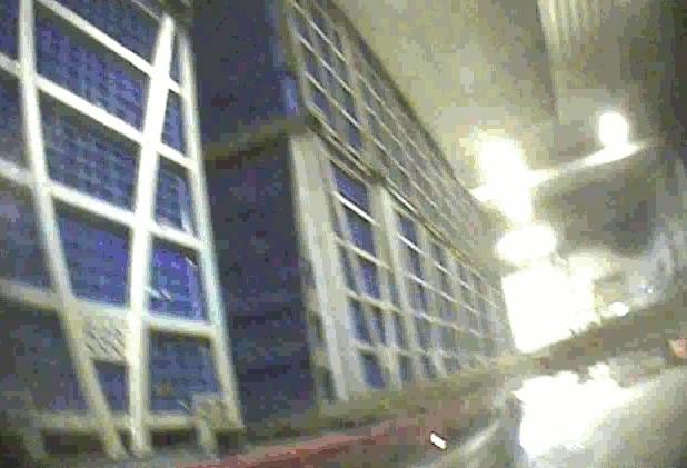 En truck lyfter en stapel med transportlådor fulla med kycklingar