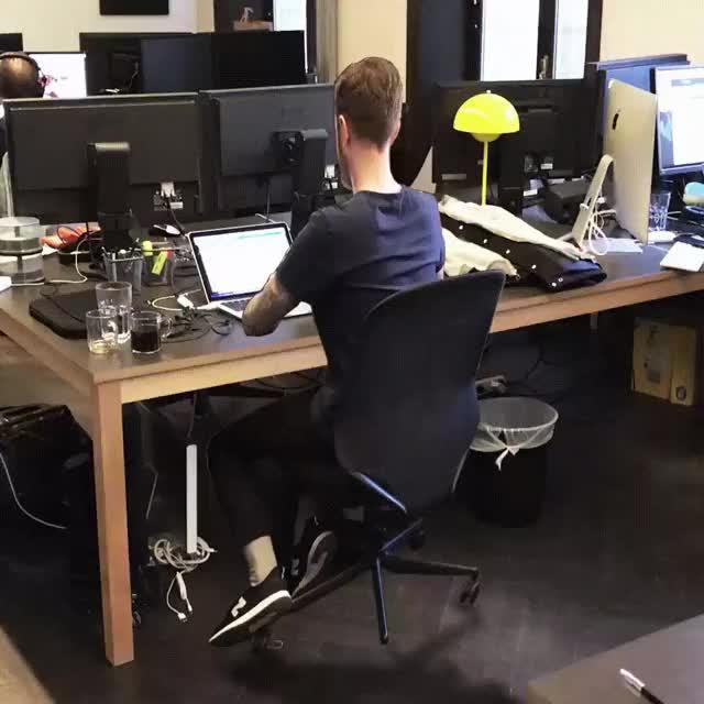 Гифка офисный работник