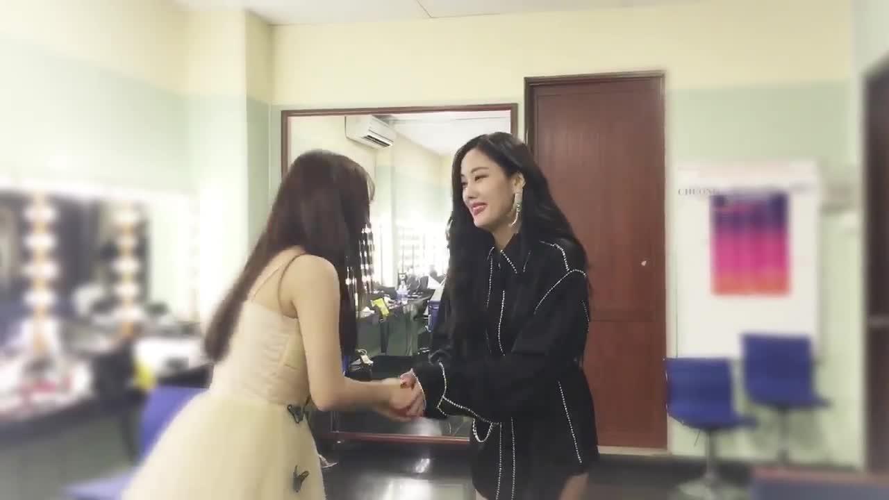 Clip: Khoảnh khắc tay bắt mặt mừng giữa Hyomin (T-ara) và Han Sara khiến fan thích thú ảnh 3